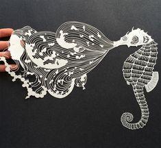 """La artista neoyorquina Maude Whitecrea """"ilustraciones"""" con papel cortado utilizandoprincipalmente líneas finas y el espacio negativo de cada dibujo medianteun proceso de sustracción, sin margen para el error: un mal corte podría ser fatal para una obra. Su última serie titulada Lo que queda …"""