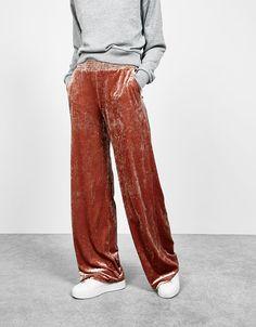 Weite Samthose. Entdecken Sie diese und viele andere Kleidungsstücke in Bershka unter neue Produkte jede Woche