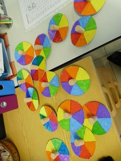 Toupie : Addition de couleurs. : Carton, bouchon de liège, cure dent ! Animation, Art Plastique, Experiment, Kindergarten, Crafts For Kids, Colour, Quilts, Cool Stuff, School