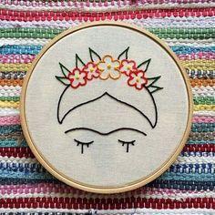 Sugestão de SilMez  Frida Kahlo , a famosa pintora mexicana! Silhueta e floral em Ponto Atrás, miolo em Rococó ou Nó Francês.