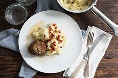 Recept voor zuurkoolstamppot voor 4 personen. Met zout, olijfolie, peper, zuurkool, gehakt, spekjes, aardappel, melk, roomboter, ei, paneermeel, mosterd en knoflook
