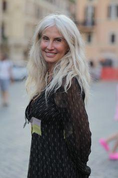 Vêem a consistência mais seca, tem que se cuidar muito bem de cabelos brancos longos!