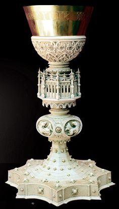 Caliz de marfil tallado y caliz de plata dorada,en el centro tiene a cuatro evangelistas.  Coleccion privada