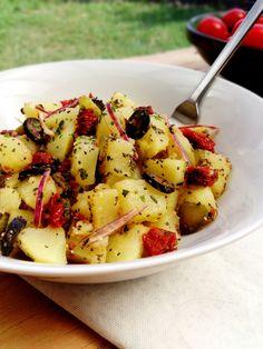 Salade de pommes de terre méditerranéenne (pommes de terre, tomates séchées, olives noires, oignons rouges, cornichons, basilic, graines de chia)