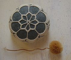 Imatge d'una pedra decorada a ganxet