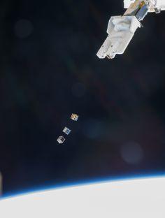 Un brazo robótico japonés arroja tres microsatélites de 10 x 10 x 10 centímetros como si fueran dados, en la Estación Espacial Internacional.