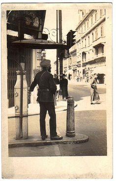 上海印度交警用手控制红绿灯 Shanghai 1920s. Shanghai Municipal Sikh Police Officer.
