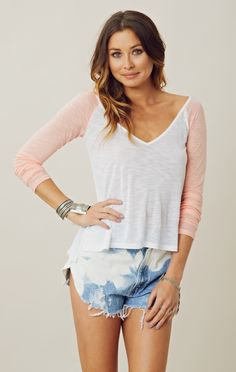 V-neck baseball tee + denim Cute Fashion, Fashion Beauty, Cool Outfits, Summer Outfits, Chic Fashionista, T Shirt And Jeans, Material Girls, Spring Summer Fashion, Dress To Impress