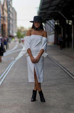 Otra manera de llevarlo: con una falda larga y accesorios en negro. Aprovecha que el escote es al aire y luce tu pañuelo favorito a modo de bandana. Añade un toque de estilo con un sombrero de ala ancha.   - AR-Revista.com