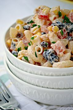 This Mexican Macaroni Salad recipe is a very versatile summer salad perfect for picnics and barbecues. I love serving it at family BBQ's as a side dish. Summer Salad Recipes, Summer Salads, Mexican Dishes, Mexican Food Recipes, Mexican Corn, Drink Recipes, Pasta Dishes, Food Dishes, Side Dishes