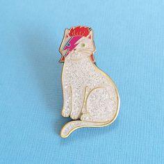 こんな猫グッズ見だごどねえ!デヴィッド・ボウイや蛾になりきるヘンテコかわゆい「猫のピンバッジ」4選 | Pouch[ポーチ]