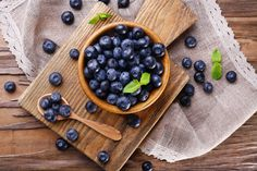 We all know about the health benefits of eating bananas! But what about banana peels? The incredible health benefits of banana peels may surprise you. Blueberries Health Benefits, Benefits Of Eating Bananas, Benefits Of Berries, Pineapple Health Benefits, Banana Benefits, Dessert Cookbooks, Diabetic Desserts, Blueberry Recipes, Brain Food