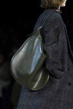 Céline at Paris Fashion Week Fall 2019 - Details Runway Photos Best Handbags, Hobo Handbags, Parisian Chic Style, Hobo Purses, Toms Shoes Outlet, Fashion Bags, Paris Fashion, Women's Fashion, Celine Bag
