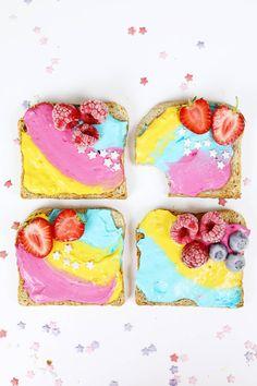 Einhorn Toasts sind momentan voll im Trend, ob als farbenfrohe Frühstück oder auf Parties. Klicke hier, um zum Rezept zu gelangen!