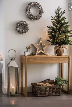 99 Welcoming and Cozy Christmas Entryway Decoration Ideas - Christmas Entryway, Cozy Christmas, Rustic Christmas, Christmas Christmas, Christmas Island, Small Christmas Trees, Christmas Cactus, Vintage Christmas, Christmas Pictures