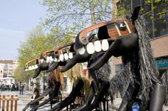 """""""Caballos de Menorca"""" actuación del espectáculo de calle de Tutatis. #streettheatre Más información enhttp://www.tutatis.es/esp/detalle.asp?id=49"""