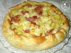 Torta rustica con patate, prosciutto cotto e stracchino INGREDIENTI 1 rotolo di pasta sfoglia 2 patate 2 fette di prosciutto cotto 80 gr di stracchino sale olio e.v.o