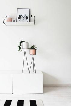 schicke Übertöpfe und Ständer für kleine Zimmerpflanzen