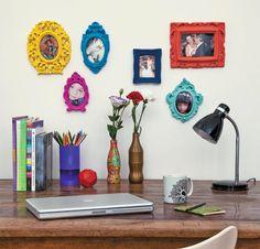 Molduras provençais em gesso podem ser usadas sem nada no centro, com espelho ou fotos, e até mesmo com tecido no centro. É possível utilizá-las na cor branca ou deixá-las super coloridas, fica a gosto de cada um.