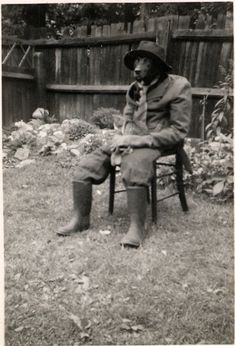 From the strange, to the surreal, to the downright bizarre, here's a collection of rather unusual vintage animal photographs over the past s. Vintage Humor, Funny Vintage Photos, Vintage Dog, Vintage Photographs, Weird Vintage, Funny Photos, Bizarre Photos, Bizarre Art, Vintage Images