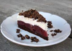 Inšpirácia na sviežu čokoládovo - smotanovú tortičku s višňami, bez múky, menej cukru ... Syn sa ma nedávno pýtal či neviem upiecť dva koláče podľa rovnakého receptu. No neviem. Však to tak aj miestami vyzeralo. Podobnú som už robila, táto bola opäť iná.