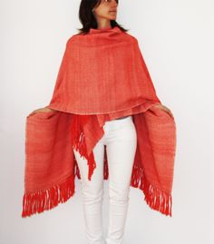 Poncho baby alpaca, tejido a telar manual. Color sandía. Baby Alpaca, White Jeans, Weaving, Pants, Color, Fashion, Ponchos, Weaving Looms, Trouser Pants
