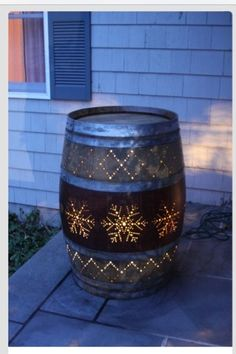 Awesome wine barrel porch light idea. Perfect for a Christmas outdoor DIY project.