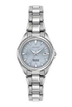 Cette montre, faite de Super Titanium™, offre un confort accru, permettant à toute femme de la porter de jour comme de nuit. Les montres CITIZEN® en Super Titanium™ sont 40% plus légères et 5fois plus résistantes aux égratignures que celles en acier inoxydable. Elles sont également hypoallergéniques. Modèle montré avec un boîtier et un bracelet en Super Titanium™ et un cadran bleu pâle. Hydrorésistante jusqu'à 100mètres.