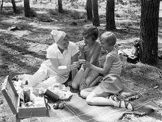 Picknicken in het bos / A picnic in the forest, by Nationaal Archief Suivre