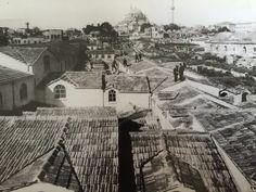 Kapalıçarşı Bir zamanlar üzeri kurşun levhalarla kaplı olan Kapalıçarşı'nın çatı örtüsü, kurşun plakalar sık sık çalındığı için alaturka kiremit ile değiştirilmiştir. Fotoğrafta 1894 depreminden sonra gerçekleştirilen tamirat sonrası Kapalıçarşı'yı görüyoruz. İleride görülen cami ise Bayezid Camii'dir. Historical Pictures, Istanbul, Once Upon A Time, Old Photos, Paris Skyline, Nostalgia, Louvre, Black And White, History