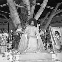 http://aravindb1982.hubpages.com/hub/Who-is-Sathya-Sai-Baba Sri Sathya Sai Baba at His Brindavan residence ( Bangalore) in the 1960s