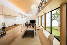 空を囲む家の部屋 ダイニングテーブル付きアイランドキッチンのあるLDK Japanese Home Design, Japanese Interior, Japanese House, Loft Design, House Design, Barn Style Sliding Doors, Small Loft, Box Houses, Decorating Small Spaces