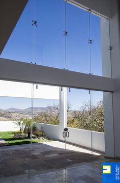 Busca imágenes de Salas de estilo minimalista en blanco: sala doble altura. Encuentra las mejores fotos para inspirarte y crea tu hogar perfecto.