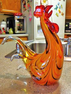 A beautiful glass rooster. I just had to share this, it is so pretty, and I just had to add it to my collection. Rooster Art, Rooster Decor, Chicken Painting, Chicken Art, Cobalt Glass, Turquoise Glass, Fused Glass Art, Murano Glass, Chicken Decorations