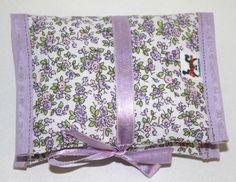 Porta Absorventes com dois bolsos, fechado com velcro ou laço de fita em cetim, em tecido 100% algodão cobrindo uma fina camada de manta acrílica. R$ 10,00