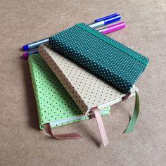 Kit com 3 lindos cadernos tamanho A7 com estampa de poá, feito com 100 páginas de papel reciclado. Excelente para ter na bolsa e para anotar as situações diárias com muito charme. R$ 30,00