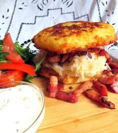 """C'est le plat le plus populaire à Prague. Vous le verrez sur tous les menus. Il s'agit d'une galette de pommes de terre assaisonnée à l'ail, au cumin et à la marjolaine, que l'on sert sous différentes formes (crêpe, dans le plat et même farci de fromage, de lardons, de chou """"zeli"""" ou de choucroute)."""