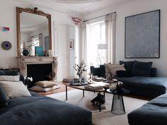 Salon, miroir ancien doré et cheminée, canapés accueillants en arrondi. Art Room Zeuxis