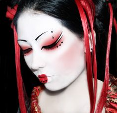 Geisha makeup is a different style of makeup which requires face paint and attention at the same time. You need to be an expert for this Japanese makeup Chinese Makeup, Japanese Makeup, Japanese Beauty, Asian Beauty, Amazing Halloween Makeup, Halloween Face Makeup, Halloween Halloween, Halloween Cosplay, Geisha Make-up