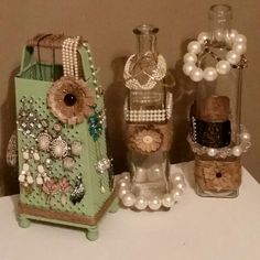 Upcycled DIY Jewelry Holder - Vintage Cheese Grater & Old Bottles Reused… - Diyjewelryeasy.club - Upcycled DIY Jewelry Holder – Vintage Cheese Grater & Old Bottles Reused … - Jewellery Storage, Jewelry Organization, Jewellery Display, Gold Jewellery, Diy Jewelry Organizer, Brooch Display, Silver Jewelry, Plunder Jewelry, Jewlery