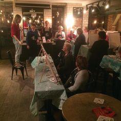 Tessel en de groep van vanavond staan er helemaal klaar voor! De dikke dames op het doek en een drankje ernaast is het leukste creatieve avondje uit! #artpubamsterdam