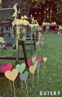 Aqui o que inspirou foi a coisinha na grama, perto das mesas, ai cada coisinha (n necessariamente corações) vai ter frases bonitinhas