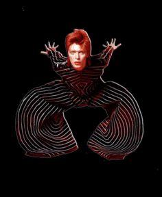 Mi homenaje a David Bowie , un grande como personaje de la historia, por su personalidad irreverente, su música conjugada con su original forma de llevarla y darle al público un legado exquisito para la eternidad. Me quedare con las ganas de crearle un vestuario único como el lo era Emoticón heart, pero siempre una gran inspiración Emoticón wink !! #DavidBowie #Eterno #Musica #Arte #Legado #Camaleonico #Photoshop #Digital
