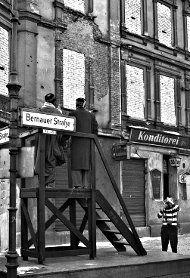 BERLIN 1961, Straßenszene an der Bernauer Strasse in Mitte nach dem Bau der Mauer, Foto M.R. Ernst