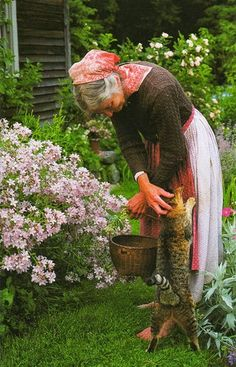Country Living at the Farmhouse. Tasha Tudor~ I love the pictures with her cat. Such affection. Country Life, Country Living, Die Tudors, Vie Simple, The Last Summer, Tudor House, Farm Life, Life Is Beautiful, Beautiful Gardens