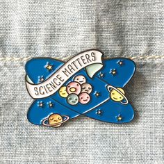 MAINTENANT disponible ** Science Matters planètes et atomes émail Lapel pin