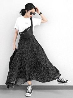 A long skirt looks elegant at any occasion it is worn to. Midi Rock Outfit, Midi Skirt Outfit, Skater Skirt, Japanese Fashion, Asian Fashion, Look Fashion, High Fashion, Fashion Women, Long Skirt Looks