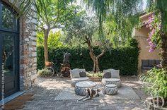 Дворик и вид на сад. Мебель, Dedon; ковер, Paola Lenti.