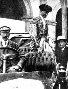 """Rafael González """"Machaquito"""", baja de un Hispano Suiza y se dirige a la plaza de toros. Es a principios del siglo XX y esta marca de coches estuvo muy relacionada con el mundo del toro sobre todo en el primer tercio de este siglo."""