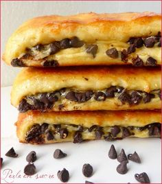Swiss brioche with chocolate chips ou brioches suisses. Vanilla cream filled brioches with chocolate chips. Cold Lunch Recipes, Healthy Breakfast Recipes, Sweet Recipes, Cake Recipes, Dessert Recipes, Brioche Bread, Challah, Food Cakes, Food Inspiration
